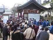 大阪天満宮で「巻き寿司千人いっせい丸かぶり」-ノリのセールも