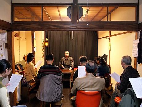 「東の旅・伊勢参宮神の賑わい」の発端部分を練習する受講者たち