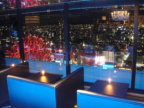 窓際のカップルソファシートからは梅田の夜景が楽しめる