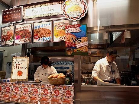 注文を受けてから調理する「ライブキッチン」では「ふわとろオムライス」(390円)、「贅沢ミックスピッツァ」(800円)など約10種類のメニューを扱う