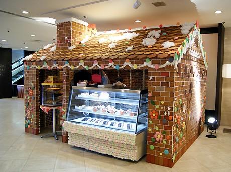 ラマダホテル大阪ロビーに登場した「お菓子のおうち」