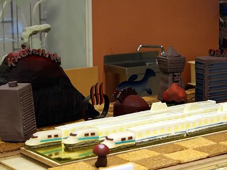 九州新幹線全線開通を記念してスイーツで作ったジオラマと新幹線