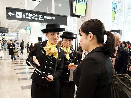 JR大阪駅橋上駅舎改札近くに女性コンシェルジュを配置