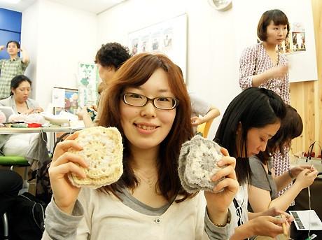 自宅でもモチーフを編んで持参した松生峰子さん