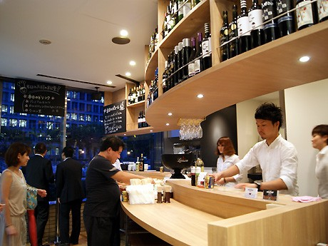 水上バス乗り場、淀屋橋港営業所切符売り場横に新設したPort&Wine「miobar」