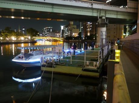 土佐堀川左岸に開設した「北浜テラス特設船着場」
