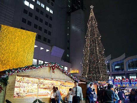 新梅田シティ・ワンダースクエアにツリーが点灯、「ドイツ・クリスマスマーケット大阪2011」も始まった