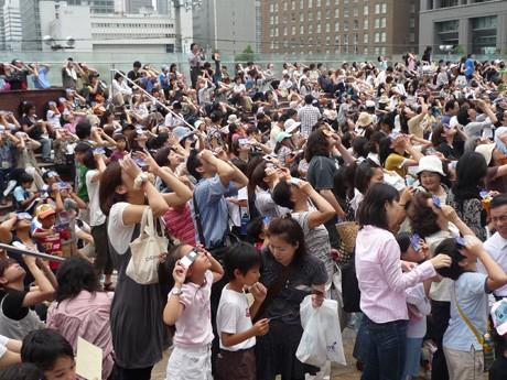 2009年に同館で行われた日食観望会の様子 写真提供:大阪市立科学館