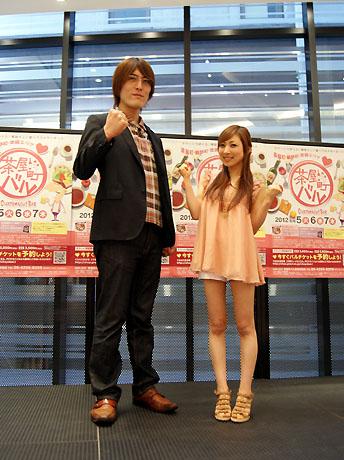記者発表会で意気込みを見せるジャイアント白田さんと三宅智子さん