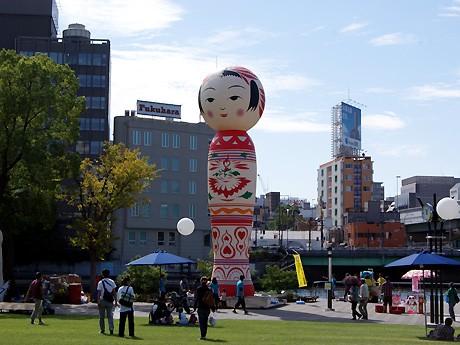 中之島公園芝生広場には高さ13メートルの巨大バルーンこけし「イッテキマスNIPPONシリーズ『花子』」が登場