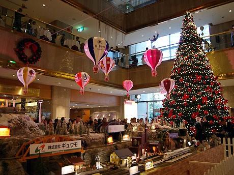 ヒルトン大阪ロビーでツリーの点灯と「ヒルトン・クリスマス・トレイン」の展示が始まった