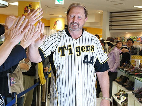 阪神梅田本店8階阪神タイガースショップに来店したランディ・バースさん