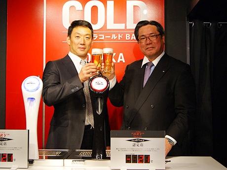 「アサヒスーパードライ エクストラコールドBAR OSAKA」のイベントに登壇した金本知憲さん(左)と、アサヒビールの平野伸一専務