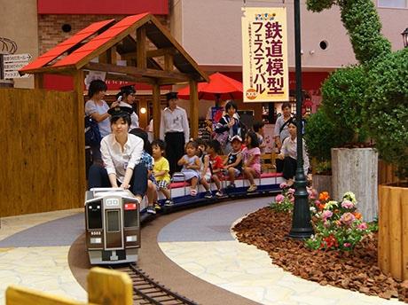 9階祝祭広場にはミニ阪急電車が登場