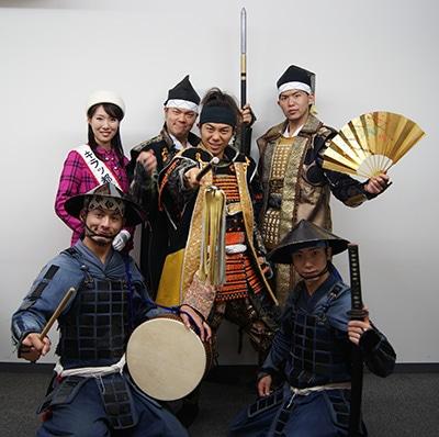 (後列左から)キラッ都なごやメイツの松岡果南葉さん、加藤清正さん、前田利家さん、(前列左から)陣笠隊・踊舞さん、豊臣秀吉さん、陣笠隊・亀吉さん