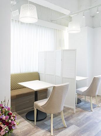 気軽に足を運んでもらいたいとカフェスタイルの内装とした「ブライダル豊中 梅田店」