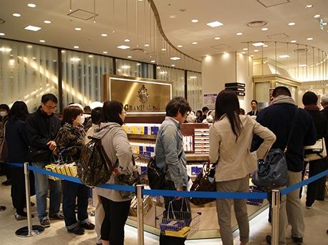 オープン初日は約300人が開店前から列を作った