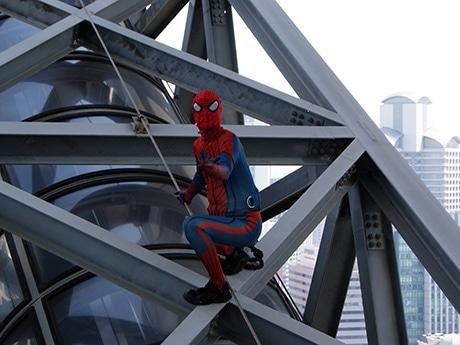 空中庭園展望台につながるエスカレーターの上をよじ登るスパイダーマン