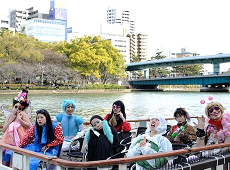 水上バス型観光船で上演
