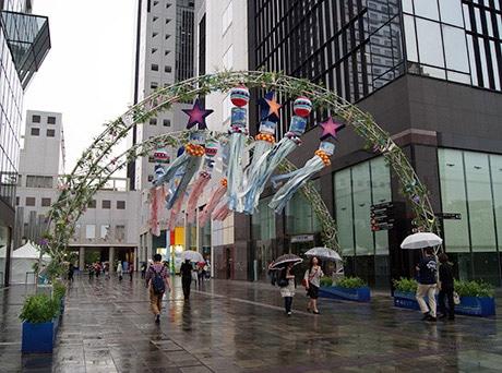 仙台七夕の吹き流しで彩られた新梅田シティのゲート