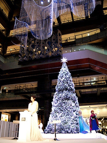 北館1階ナレッジプラザに登場した「アナと雪の女王」をテーマにしたツリー
