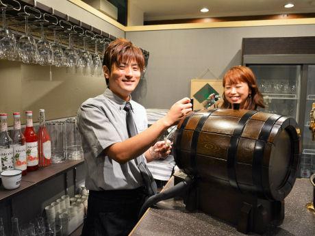 店長の笠吉光さん(左)と仲さん