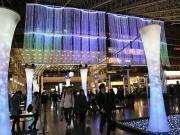 大阪駅「時空の広場」でイルミ点灯 「水の世界」を表現、色照明を投影する試みも