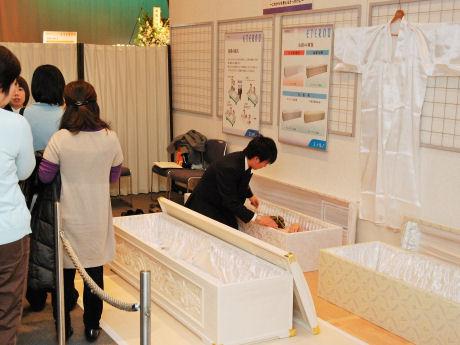 葬祭会館での入棺体験の様子