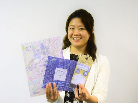 「梅田柄」の文房具を持つビジネス企画部の福原菜美さん