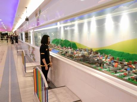 レゴで作った街並みや駅、野球場などが展示されている