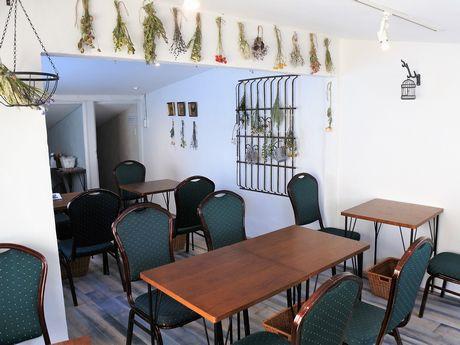 「パブリック キッチン カフェ」の店内