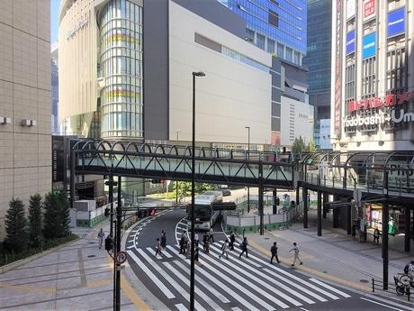 完成間近のデッキ。奥にグランフロント大阪南館