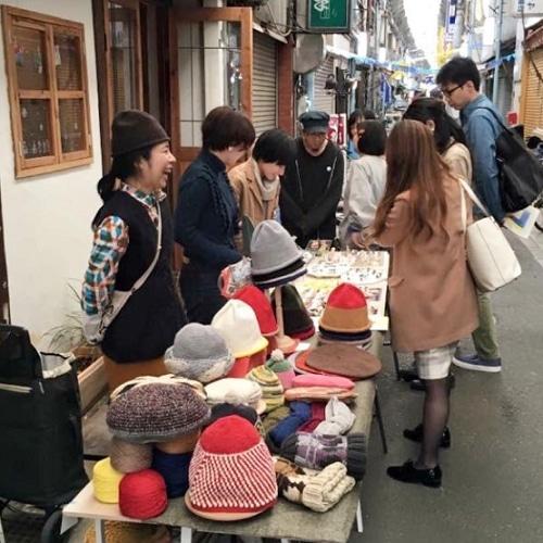 路地で作家の服や小物を販売(前回の様子)