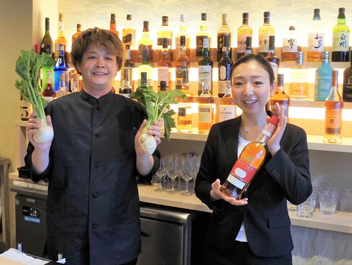 バーテンダーの國土店長(右)と西山料理長