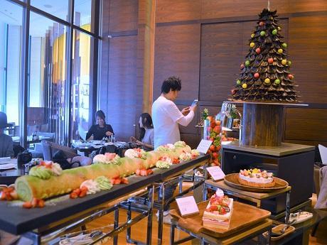 梅田のホテルでいち早く「イチゴ尽くし」ビュッフェ チョコやケーキ、趣向凝らす