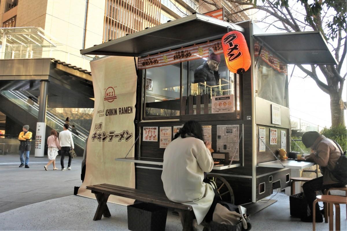 世界初の即席麺「チキンラーメン」を提供する屋台