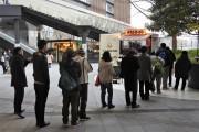 梅田の「チキンラーメン屋台」あと2日 寒空の下、開店前から列