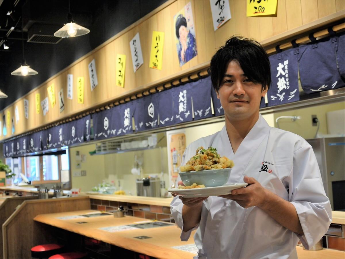 「『こぼれホルモン丼』を食べて元気になって」と呼びかける小瀧店長