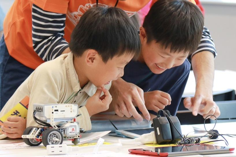 小学生を対象にしたロボットプログラミング体験イベント「ロボフェス」