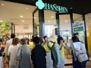 阪神梅田本店に新棟 2500人が行列、ハイタッチで出迎え