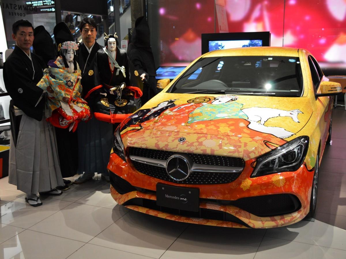 コラボラッピングカーと文楽人形の「静御前」(左)、「佐藤忠信」(右)