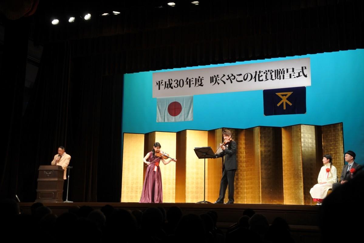 バイオリニスト・浅井咲乃さん(左)のショートライブ