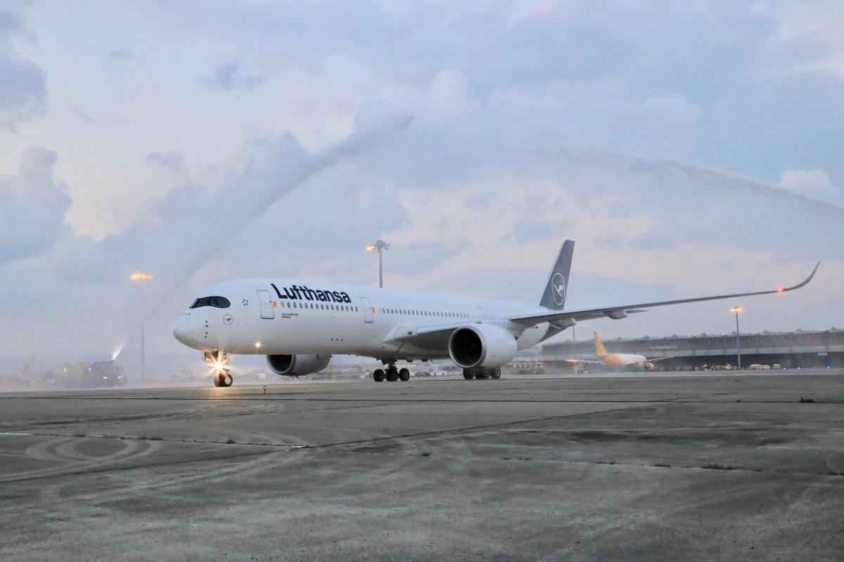 ミュンヘンからの第1便到着時の歓迎放水の様子