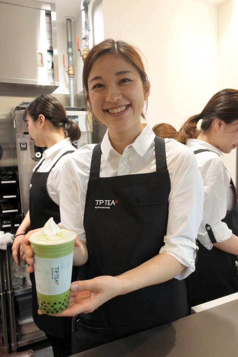 タピオカ抹茶ラテフロートを提供する店員