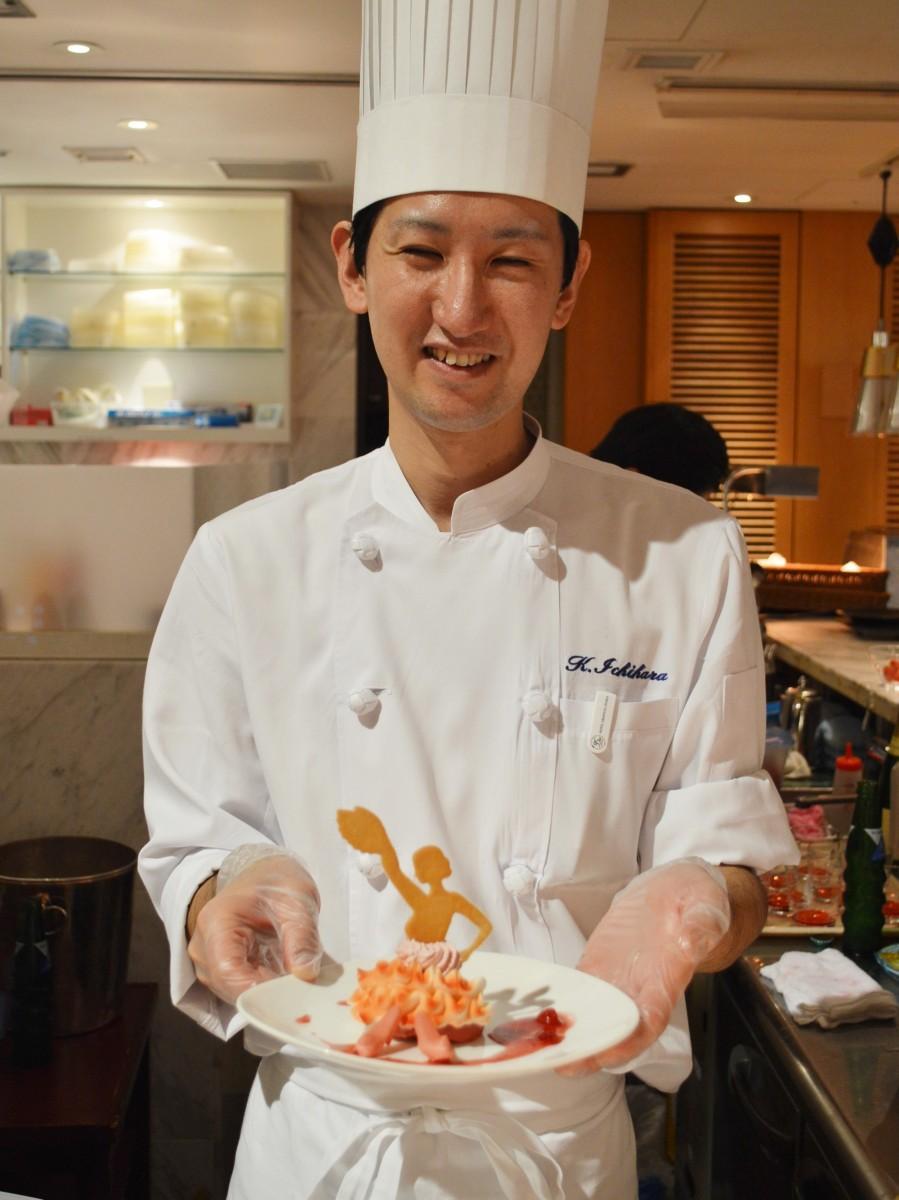 優勝作品をアレンジした一皿を持つパティシエの市原健太郎さん