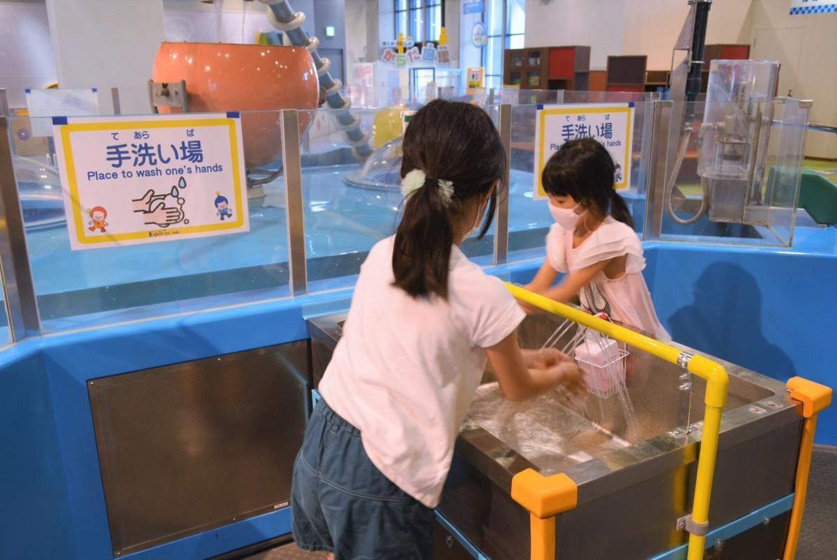 展示物に設置した手洗い場は副館長の手作り