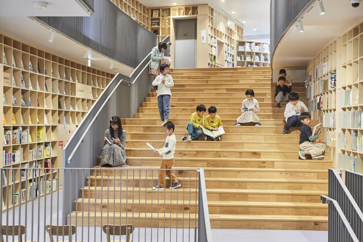 館内の階段で読書を楽しむ子ども