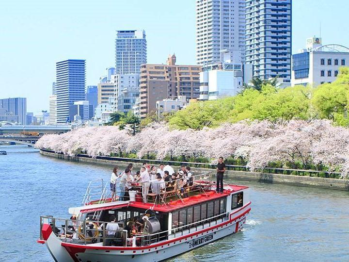 船上から大川沿いの桜並木を楽しむ(過去の運航の様子)
