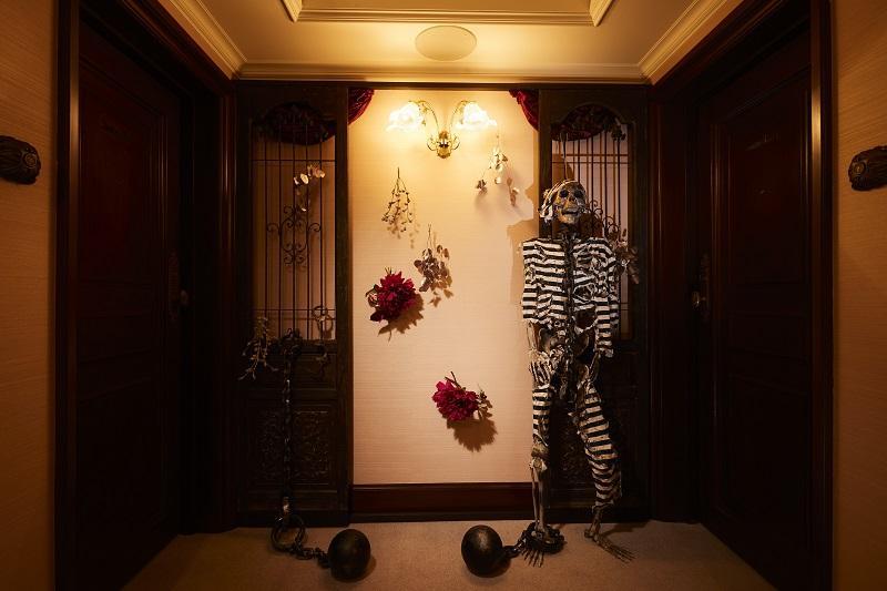 扉を開けると囚人服を着た骸骨が出迎えるスイートルーム「フォンテンブロー」