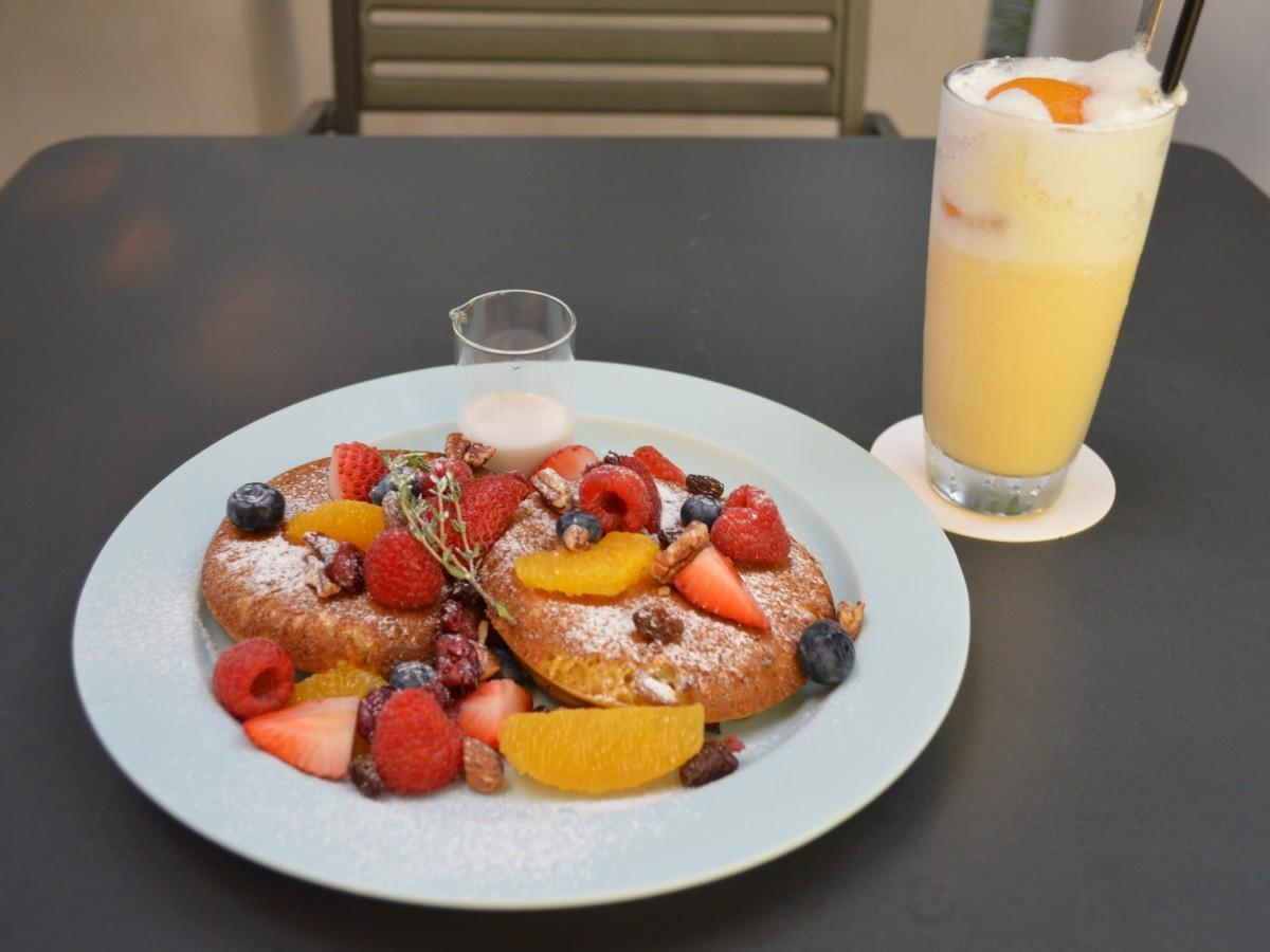 「スペシャルフルーツの玄米ギルトフリーパンケーキ」と「ミルックスセーキ」